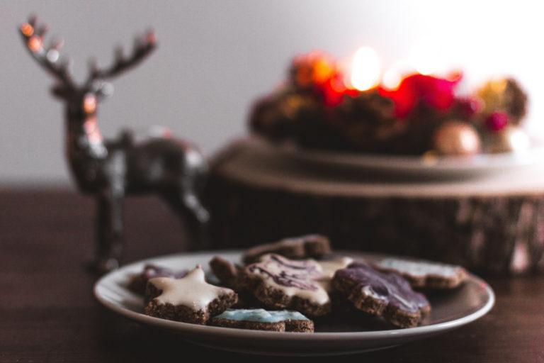 Adventskranz und Weihnachtsplätzchen